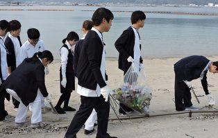 海岸清掃を行ないました
